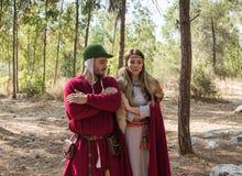 Leden van de jaarlijkse wederopbouw van het leven van de Vikingen - het stellen van ` Viking Village ` voor fotografen in het bos Royalty-vrije Stock Afbeeldingen
