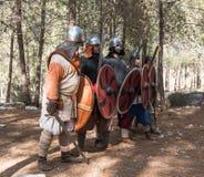 Leden van de jaarlijkse wederopbouw van het leven van de Vikingen - ` Viking Village ` toont gevechtsvorming dichtbij in het bos  Stock Foto's