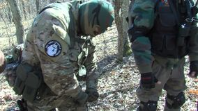 Leden van de nationale beweging ` Shipka ` op de bescherming van de Bulgaars-Turkse grens stock video
