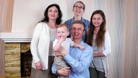 Leden van grote familie gelukkig om hun kleine zoon en broer, christelijke familie te zien die samen stellen stock video