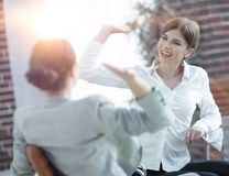 Leden van het commerciële team die elkaar een hoogte vijf geven Stock Fotografie