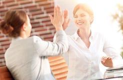 Leden van het commerciële team die elkaar een hoogte vijf geven Royalty-vrije Stock Foto