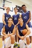 Leden van het Mannelijke Team van het Middelbare schoolbasketbal stock foto's