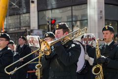 Leden van het orkest die van het het regimentsmessing van Fusiliers mont-Koninklijke aan St Patrick Parade deelnemen stock fotografie