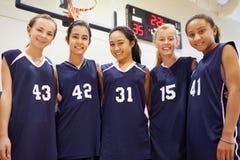 Leden van het Vrouwelijke Team van het Middelbare schoolbasketbal royalty-vrije stock afbeelding