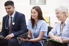Leden van Medisch Personeel in samen het Samenkomen Stock Fotografie