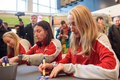 Leden van Team Latvia voor FedCup, tijdens autograph zitting voor ventilatorsventilators voor Wereldgroep II Eerste Ronde spelen stock foto's
