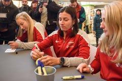 Leden van Team Latvia voor FedCup, tijdens autograph zitting voor ventilatorsventilators voor Wereldgroep II Eerste Ronde spelen stock afbeeldingen