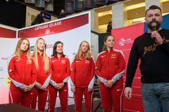 Leden van Team Latvia voor FedCup, tijdens het ontmoeten van ventilators voor Wereldgroep II Eerste Ronde spelen stock afbeeldingen