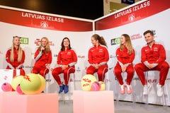 Leden van Team Latvia voor FedCup, tijdens het ontmoeten van ventilators voor Wereldgroep II Eerste Ronde spelen stock foto's