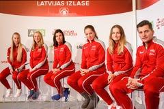 Leden van Team Latvia voor FedCup, tijdens het ontmoeten van ventilators voor Wereldgroep II Eerste Ronde spelen royalty-vrije stock afbeelding