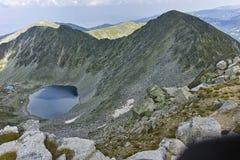 Ledenoto从穆萨拉峰峰顶, Rila山的Ice湖 库存照片