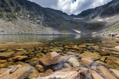 Ledenoto Ice湖和云彩全景在穆萨拉峰峰顶, Rila山,保加利亚 免版税图库摄影