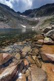 Ledenoto Ice湖和云彩全景在穆萨拉峰峰顶, Rila山,保加利亚 图库摄影