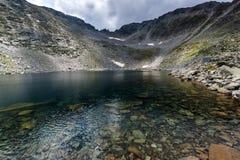 Ledenoto Ice湖和云彩全景在穆萨拉峰峰顶, Rila山,保加利亚 免版税库存照片