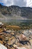 Ledenoto Ice湖和云彩全景在穆萨拉峰峰顶, Rila山,保加利亚 库存照片