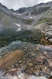 Ledenoto Ice湖和云彩全景在穆萨拉峰峰顶, Rila山,保加利亚 免版税库存图片