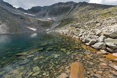 Ledenoto Ice湖和云彩全景在穆萨拉峰峰顶, Rila山,保加利亚 库存图片