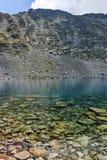 Ledenoto Ice湖和穆萨拉峰锐化, Rila山 库存照片