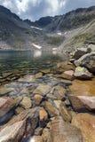 Ledenoto Ice湖惊人的看法和穆萨拉峰锐化, Rila山 免版税库存图片