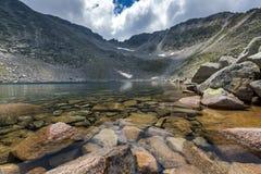 Ledenoto Ice湖惊人的看法和穆萨拉峰锐化, Rila山 库存照片