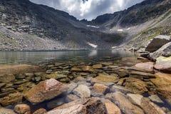 Ledenoto Ice湖惊人的看法和穆萨拉峰锐化, Rila山 免版税库存照片