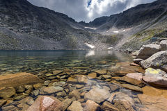Ledenoto & x28; Ice& x29; Озеро и облака над пиком Musala, горой Rila Стоковые Фотографии RF