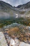 Ledenoto & x28清楚的水; Ice& x29;湖和云彩在穆萨拉峰峰顶, Rila山 免版税图库摄影