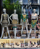 Ledenpoppen in kleding in het venster van de winkel stock afbeeldingen