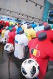 Ledenpoppen met t-shirts In Moskou in de officiële opslag van de wereldbeker in Rusland op Juni 2018 Royalty-vrije Stock Foto