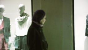 Ledenpoppen van de vrouwen de bewonderende manier bij rolgordijn stock footage