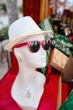Ledenpopvrouw met glazen en hoed Stock Afbeelding