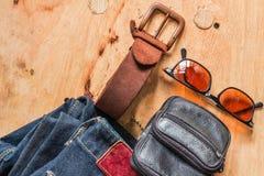 Leder und Jeans auf hölzernem Lizenzfreies Stockfoto