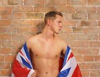 Lederfarbener junger Kerl mit Union Jack Großbritannien oder GB-Markierungsfahne Lizenzfreies Stockfoto
