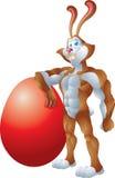 Lederfarbenes Kaninchen, das auf riesigem Ei sich lehnt Stockfotos