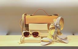 Lederhandtasche, Schuhe und sunglass für Damen Stockbild