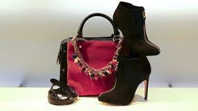 Lederhandtasche, Schuhe und Zubehör für Frauen Stockbilder