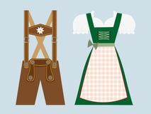 Lederhosen e dirndl, roupa a mais oktoberfest bávara Fotos de Stock Royalty Free