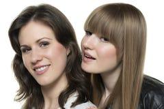 Lederjacke mit zwei Frauen Stockfoto