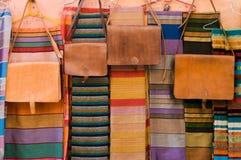 Lederne Beutel und Schale auf Markt in Marokko Stockfoto