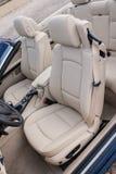 Lederne Fahrersitze in Luxussportscar Stockbilder