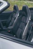 Lederne Fahrersitze in Luxussportscar Lizenzfreie Stockfotos
