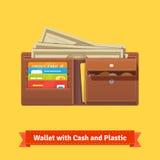 Lederne Geldbörse mit einigem Geld und Kreditkarten Lizenzfreie Stockfotos