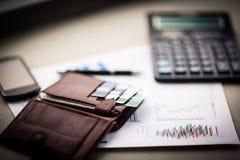 Lederne Geldbörse mit Kredit und Rabatt kardiert das Lügen auf Dokumentendiagrammen Stockfoto