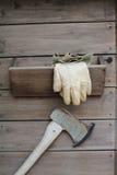 Lederne Handschuhe und eine Axt Lizenzfreies Stockbild