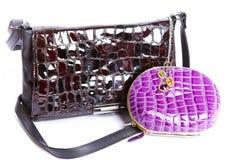 Lederne Handtasche, ein Fonds und Halskette Stockfotografie