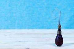 Lederne Handwerkswerkzeuge auf einem hölzernen Hintergrund Lederner craftmans Arbeitsschreibtisch Stück Fell und arbeitende handg Lizenzfreie Stockfotos
