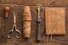 Lederne Handwerkswerkzeuge stockbild