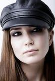 Lederne Kappe auf einem schönen Mädchen Lizenzfreie Stockfotografie