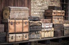 Lederne Koffer der Weinlese stapelten vertikal - Spreewald, Deutschland stockfotos